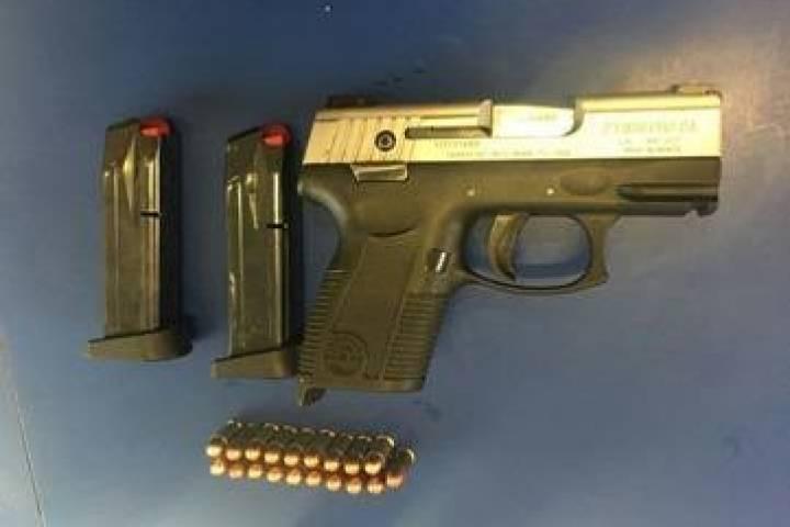 Tres detenidos dos armas y droga aseguradas durante las for Oficina consumidor salamanca